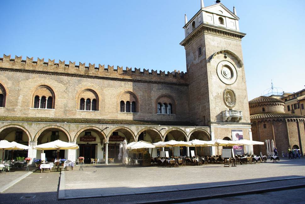 Piazza Erbe e Tavoli.jpg